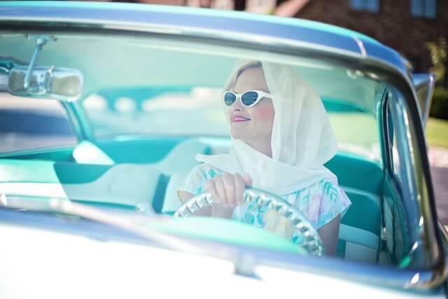 50er-Jahre-Frau-im-Auto-640x427-komprimiert