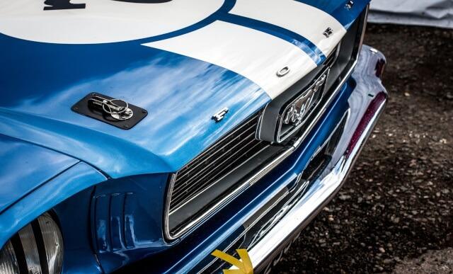 blaues-auto-mustang-640x387-komprimiert