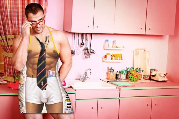 Businessman in Küche Schürze